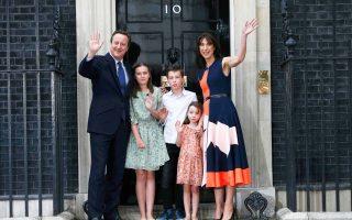 Περιστοιχιζόμενος από τη σύζυγό του Σαμάνθα και τα τρία παιδιά τους, ο τέως πλέον πρωθυπουργός της Βρετανίας Ντέιβιντ Κάμερον, στο κεφαλόσκαλο της πρωθυπουργικής κατοικίας για τις τελευταίες δηλώσεις του.