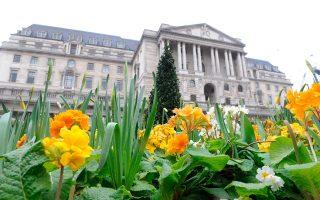Αν και οι αναλυτές περίμεναν μείωση των βρετανικών επιτοκίων, η ανακοίνωση της Τράπεζας της Αγγλίας, ότι διατηρεί την πόρτα ανοικτή σε περαιτέρω χαλάρωση, καθησύχασε τις αγορές.