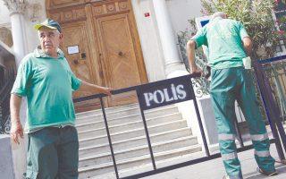Eργάτες τοποθετούν φράγματα μπροστά από το γαλλικό προξενείο της Κωνσταντινούπολης.
