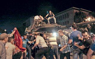 Υποστηρικτές του Ταγίπ Ερντογάν στράφηκαν εναντίον των τανκς που εμφανίστηκαν στην Αγκυρα χθες το βράδυ, μετά την απόπειρα πραξικοπήματος.