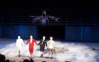 Στην Yπόκλιση οι τέσσερις πρωταγωνιστές κρατούν το κλίμα του έργου, αμφιβάλλουν και «Περιμένοντας τον Γκοντό» ήρθε ζεστό, ζωντανό το χειροκρότημα για την ερμηνεία τους.