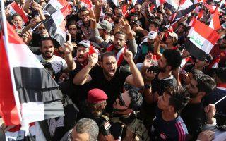 Υποστηρικτές του σιίτη κληρικού Μοκτάντα αλ Σαντρ διαδηλώνουν στην πλατεία Ταχρίρ στη Βαγδάτη.