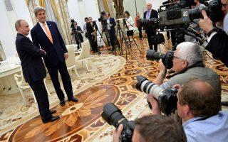 Ο Ρώσος πρόεδρος Βλαντιμίρ Πούτιν χαιρετά τον Αμερικανό υπουργό Εξωτερικών Τζον Κέρι κατά τη διάρκεια συνάντησής τους στο Κρεμλίνο, την προηγούμενη Πέμπτη.