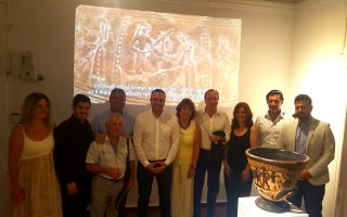 Από αριστερά: H Ελένη Καλμπουρτζή, πρόεδρος του Λιμενικού Ταμείου, ο Μιλτιάδης Ατζαμόγλου Αντιδήμαρχος, ο Κωνσταντίνος Τσάκος αρχαιολόγος, ο Αντώνης Κουσαθανάς δημοτικός σύμβουλος, ο Κωνσταντίνος Κουκάς Δήμαρχος, η Ανδριανή Κουφού πρόεδρος της ΚΔΕΠΠΑΜ, ο καθηγητής Πανεπιστημίου Κρήτης Νίκος Σταμπολίδης - Διευθυντής Κυκλαδικού Μουσείου και του Μουσείου της Ελεύθερνας, η Ζώζη Παπαδοπούλου αρχαιολόγος & υπεύθυνη Δήλου της Εφορείας Αρχαιοτήτων Κυκλάδων, ο Θωμάς Κοτσιγιάννης εικαστικός Αρχαίων αντιγράφων, και ο Στέλιος Μπρίγγος αντιπεριφεριάρχης Πολιτισμού της Περιφέρειας Νοτίου Αιγαίου.