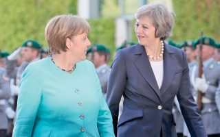 Η καγκελάριος Αγκελα Μέρκελ (δεξιά) και η Βρετανή πρωθυπουργός Τερέζα Μέι στην πρώτη τους συνάντηση.