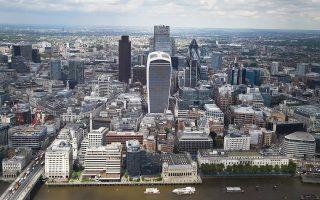 Στο σενάριο της «ομαλής μετάβασης», η Βρετανία παραμένει κράτος-μέλος της ενιαίας αγοράς αλλά με προσαρμοσμένους όρους. Αυτή είναι η προτιμότερη επιλογή για τις μεγάλες επιχειρήσεις και το Σίτι του Λονδίνου.