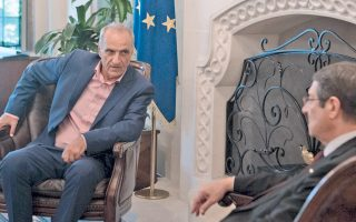 Ο εικονιζόμενος αριστερά Γ. Βαρεμένος τυγχάνει αντιπρόεδρος της Βουλής των Ελλήνων και πραγματοποιεί επίσημη επίσκεψη στην Κύπρο, όπου συναντήθηκε με τον πρόεδρο της Κυπριακής Δημοκρατίας, δεξιά. (Επρεπε να τα πω αυτά τα κουραστικά, για να μη νομίσετε ότι το στιγμιότυπο είναι από καμιά καφετέρια ή πρωινάδικο...)
