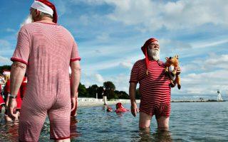 Στην ώρα τους! Με την ίδια ακρίβεια που εμφανίζονται τα Χριστούγεννα, με την ίδια ακρίβεια δίνουν και κάθε χρόνο το παρών  στο ετήσιο συνέδριό τους οι Άγιοι Βασίληδες. Για άλλη μια χρονιά βρεθήκαν στην Κοπεγχάγη για εξάσκηση στα γέλια και στους τρόπους σαγήνευσης άτακτων παιδιών. Scanpix Denmark/Mathias Loevgreen Bojesen/via REUTERS