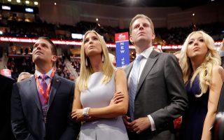 Η κόρη του Τραμπ, Ιβάνκα, ανάμεσα στους αδερφούς της.