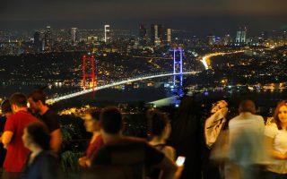 Στην Κωνσταντινούπολη ο δείκτης Borsa Istanbul 110 Ιndex έπεσε κατά 3,6%, λόγω του ότι επιβλήθηκε τρίμηνη κατάσταση εκτάκτου ανάγκης από την κυβέρνηση.