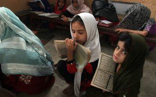 Με ευλάβεια μελετούν το  Κοράνι τα κορίτσια στο Πακιστάν. O θάνατος της Σαντακάτ έχει προκαλέσει τον φόβο των γυναικών.