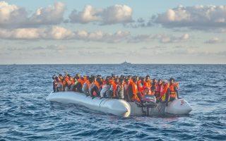 Πρόσφυγες από την Αφρική σε μια λέμβο περιμένουν τη βοήθεια σωστικών συνεργείων ανοιχτά της Λιβύης.