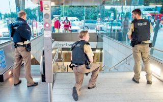 Γερμανοί αστυνομικοί στέκονται στην είσοδο της στάσης του μετρό Γκέοργκ-Μπράουχλε-Ρινγκ, κοντά στο εμπορικό κέντρο Ολύμπια του Μονάχου, όπου σημειώθηκε αιματηρή επίθεση χθες το απόγευμα.