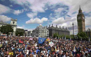 Στις 2 Ιουλίου και κατά την «Πορεία για την Ευρώπη», διαδηλωτές δήλωσαν με κάθε τρόπο την αντίθεσή τους στο αποτέλεσμα του δημοψηφίσματος για έξοδο της Βρετανίας από την Ευρωπαϊκή Ενωση. Ωστόσο, οι διαδικασίες για το Brexit προχωρούν, ενώ η οικονομία της Βρετανίας δείχνει να κινείται σταθερά προς την ύφεση.