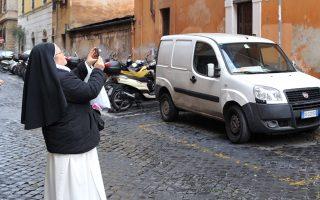 Καλόγρια ποζάρει και βγάζει selfie στο κέντρο της Ρώμης.