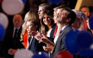 Η οικογένεια του Ρεπουμπλικανού υποψήφιου προέδρου των ΗΠΑ, Ντόναλντ Τραμπ, με τη σύζυγό του, Μελάνια, στο μέσον.
