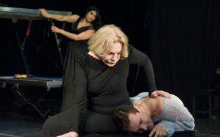 «Η Ελλάδα έχει αρμονία», λέει στην «Κ» η αναγνωρισμένη Ρωσίδα ηθοποιός Λουντμίλα Μαξάκοβα, η οποία θα υποδυθεί την Ιοκάστη στον «Οιδίποδα Τύραννο» του Σοφοκλή, που θα παρουσιάσει στην Επίδαυρο το Εθνικό Θέατρο και το Θέατρο Βαχτάνγκοφ. Ο δεσμός της με τη χώρα μας ξεκίνησε το 1964, όταν, νεαρή ηθοποιός τότε, ήρθε από την κομμουνιστική Σοβιετική Ενωση στη «δυτική» Ελλάδα του '60 για να παίξει στις πρώτες ευρωπαϊκές περιοδείες του ρωσικού κρατικού θεάτρου μετά την πτώση του Στάλιν. «Ερχόμενοι από μια κομμουνιστική χώρα δεν πιστεύαμε στα μάτια μας», εξομολογείται στην «Κ».