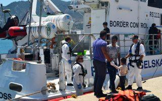Πρόσφυγες και μετανάστες αποβιβάζονται στο λιμάνι της Μυτιλήνης. Στο νησί παραμένουν 3.725 άτομα.