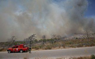 Πυροσβεστικές δυνάμεις έφθασαν στη Χίο από Αθήνα και Θεσσαλία, ενώ επιχειρούν και εναέρια μέσα.