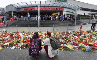 Λουλούδια και κεριά έχουν τοποθετηθεί στην κεντρική είσοδο του εμπορικού κέντρου Olympia στο Μόναχο.