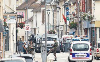 Πάνοπλοι στρατιώτες περιπολούν στην πόλη Σεντ Ετιέν ντι Ρουβρέ της Νορμανδίας, όπου λίγες ώρες νωρίτερα είχε σφαγεί μέσα σε καθολική εκκλησία ο ιερέας της.