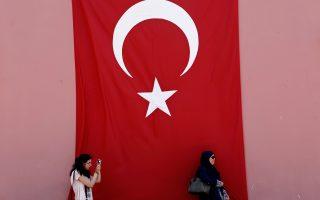 Μια γυναίκα βγάζει φωτογραφίες με φόντο την τουρκική σημαία στην ιστορική συνοικία της Κωνσταντινούπολης, Σουλταναχμέτ.