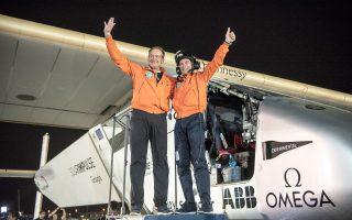 Οι δύο χειριστές του Solar Impulse 2, Μπερτράντ Πικάρ και Αντρέ Μπόρσμπεργκ, ενθουσιασμένοι που κατάφεραν να κάνουν τον γύρο του κόσμου με το ηλιακό αεροπλάνο.