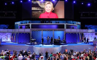 Η Χίλαρι Κλίντον εμφανίστηκε στη γιγαντοοθόνη του συνεδρίου των Δημοκρατικών στη Φιλαδέλφεια, ευχαριστώντας τους παρισταμένους για την ιστορική ευκαιρία που της έδωσαν να διεκδικήσει την προεδρία των ΗΠΑ.