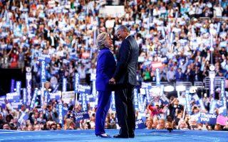 Η υποψήφια των Δημοκρατικών για πρόεδρος των Ηνωμένων Πολιτειών, Χίλαρι Κλίντον, κρατάει το χέρι του σημερινού ενοίκου του Λευκού Οίκου, Μπαράκ Ομπάμα, μετά την εμπνευσμένη ομιλία του για την προώθηση της υποψηφιότητάς της στο συνέδριο του κόμματος στη Φιλαδέλφεια. «Δεν έχει υπάρξει άλλος άνδρας ή γυναίκα, ούτε εγώ ούτε ο Μπιλ, πιο κατάλληλος από τη Χίλαρι Κλίντον για να γίνει πρόεδρος των ΗΠΑ», είπε χαρακτηριστικά ο Ομπάμα, αναφερόμενος στον πρώην πρόεδρο και σύζυγο της Χίλαρι, Μπιλ Κλίντον.