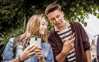 Ποια είναι, άραγε, η κατάλληλη ηλικία για να αποκτήσει το παιδί έξυπνο κινητό; Κάποιοι ειδικοί υποστηρίζουν πως είναι τα 12, ενώ άλλοι πιστεύουν ότι καλύτερα τα παιδιά να αποκτούν τηλέφωνο στα 14. Ολοι ανεξαιρέτως όμως αποφαίνονται ότι το «αργότερα» είναι καλύτερο, διότι τα έξυπνα κινητά είναι εθιστικά και μπορούν να αποσπάσουν την προσοχή του παιδιού από τα μαθήματα. Ταυτόχρονα είναι μια πύλη προς το Διαδίκτυο με ό,τι κινδύνους ελλοχεύουν εκεί. Οι κίνδυνοι αυτοί γίνονται μεγαλύτεροι καθώς τα παιδιά είναι ευάλωτα στον διαδικτυακό εκφοβισμό, στους παιδεραστές, αλλά και στην ανταλλαγή εικόνων σεξουαλικού περιεχομένου.