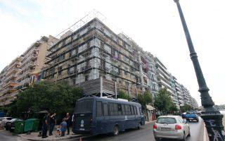 """«Οσοι δικαιολογούν το χθεσινό χτύπημα σε """"αλληλέγγυους"""" και χώρους φιλοξενίας προσφύγων θα μας βρουν απέναντί τους», αναφέρεται στην ανακοίνωση των «53+» για την εκκένωση των κτιρίων στη Θεσσαλονίκη."""