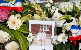 Λουλούδια γύρω από φωτογραφία του Γάλλου ιερέα που σφαγιάστηκε σε εκκλησία έξω από τη Ρουέν.