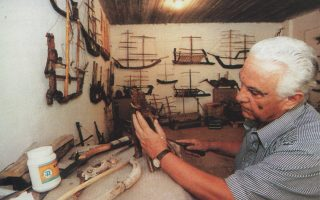 Ο Γιώργος Σπαρτιώτης επί το έργον, στο εργαστήριό του.