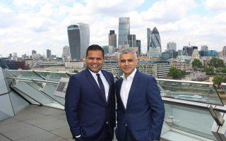 Ο Ρατζές Αγκραγουάλ, αντιδήμαρχος Επιχειρήσεων του Λονδίνου, με τον δήμαρχο Σαντίκ Καν.