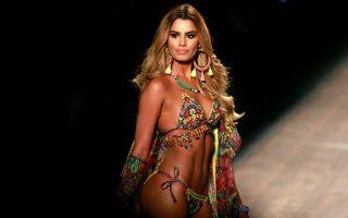 Χρώματα. Το διάσημο μοντέλο, παρουσιάστρια, ηθοποιός και Βασίλισσα της ομορφιάς στην Λατινική Αμερική, Ariadna Gutierrez, συμμετείχε στην Colompiamonda, για να παρουσιάσει πολύχρωμα μπικίνι της εταιρίας Aqua Bendita στην επίδειξη μόδας που έγινε στο Medelin.  REUTERS/John Vizcaino