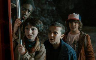 Στο «Stranger Things» μια παρέα τριών προεφήβων αναστατώνεται, όταν ένας φίλος τους εξαφανίζεται μυστηριωδώς.