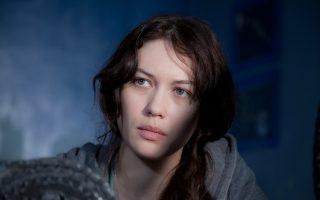 Η Ολγα Κιριλένκο, το κορίτσι του Τζέιμς Μποντ στο «Quantum of Solace», ενσαρκώνει μια φοιτήτρια της αστροφυσικής που δέχεται ερωτικά μηνύματα από το «υπερπέραν».