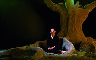 Η Αλεξάνδρα Κεχαγιόγλου στο έργο της με τίτλο Ombú, μια εγκατάσταση που δείχνει με εντυπωσιακό τρόπο πώς έχει καταφέρει να δώσει εικαστική διάσταση στην τέχνη του χαλιού.