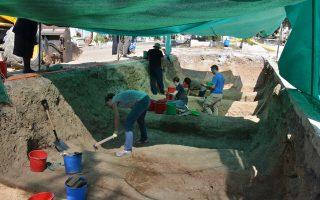 Ερευνητές εργάζονται σε εκταφή, στο κοιμητήριο Αγίων Κωνσταντίνου και Ελένης στη Λευκωσία, όπου είχαν τοποθετηθεί πεσόντες του χουντικού πραξικοπήματος.