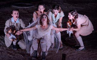 Η Αντιγόνη  (Ρ. Κονίδη), με τον Χορό των κοριτσιών της Θήβας, πριν θαφτεί ζωντανή με τις κούκλες της παιδικής της ηλικίας.