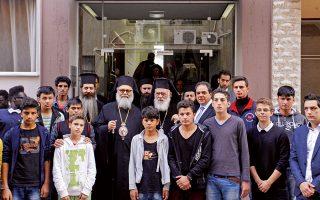Ο Αρχιεπίσκοπος Αθηνών Ιερώνυμος με τον Πατριάρχη Αντιοχείας Ιωάννη Ι' (αριστερά του) και τον γενικό διευθυντή της «Αποστολής» Κωστή Δήμτσα (δεξιά του) στον ξενώνα «Εστία», που φιλοξενεί ανήλικους πρόσφυγες ηλικίας από 5 μέχρι 18 ετών - Φωτογραφία: Βαγγέλης Ζαβός