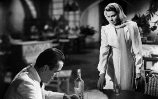Στη «Φλόγα που σιγοκαίει» του Φίλιπ Κερ, ο Μπέρνι Γκούντερ θα διαλευκάνει μια υπόθεση δολοφονίας στο Μπουένος Αϊρες, όπου βρίσκεται φυγάς, ανέστιος και μελαγχολικός ως πελάτης του «Rick's» στην ταινία «Casablanca», απ' όπου και η φωτογραφία, με την Ινγκριντ Μπέργκμαν και τον Χάμφρεϊ Μπόγκαρτ.