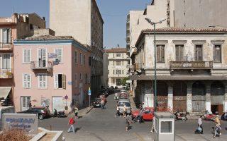 Την ανθρωπογεωγραφία αυτής της πολυφυλετικής γειτονιάς, που περιλαμβάνει μεταξύ άλλων την πλατεία Θεάτρου.