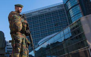 Βέλγος στρατιώτης περιπολεί έξω από τα κεντρικά γραφεία της Ευρωπαϊκής Επιτροπής στις Βρυξέλλες.