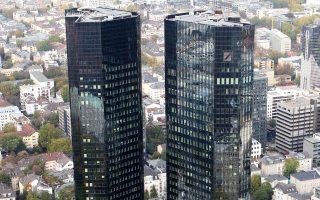 Από τα 30 δισ. με 40 δισ. ευρώ που εκτιμάται ότι θα χρειαστούν σε επιπλέον κεφάλαια τα βρετανικά υποκαταστήματα των ευρωπαϊκών τραπεζών μετά το Brexit, τα 10 δισ. ευρώ εκτιμάται πως θα είναι ο «λογαριασμός» των γερμανικών τραπεζών. Στη φωτογραφία, τα κεντρικά γραφεία της Deutsche Bank στη Φρανκφούρτη.