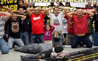 Βραζιλιάνοι αστυνομικοί διαδήλωσαν στο αεροδρόμιο του Ρίο, υποδυόμενοι τους αιχμαλώτους μπροστά από ένα ομοίωμα νεκρού συναδέλφου τους (50 απώλειες μέσα στο 2016).