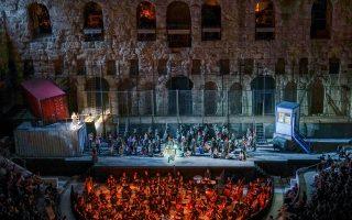 Η ορχήστρα, η χορωδία και οι μονωδοί της Λυρικής στην πρεμιέρα της «Κάρμεν».