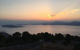 Η θέα από τη Μονή του Προφήτη Ηλία στην Υδρα.