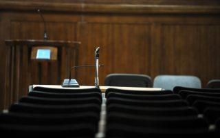 Οι μεταφραστές των δικαστηρίων επιλέγονται από ειδικό κατάλογο και θεωρητικά πληρώνονται από έναν κωδικό του υπουργείου Δικαιοσύνης που... δεν έχει πλέον χρήματα.
