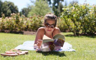 Βρετανίδα απολαμβάνει το βιβλίο της στο πάρκο Ρίτζεντ του Λονδίνου, στις 19 Ιουλίου. Στο μυθιστόρημα του Τζόναθαν Κόου «Αριθμός 11», μια νεαρή κοπέλα, απόφοιτος της Οξφόρδης, αναγκάζεται να δουλεύει ως αποκλειστική δασκάλα για κάποια οικογένεια βαθύπλουτων Λονδρέζων για να βγάλει τα προς το ζην.